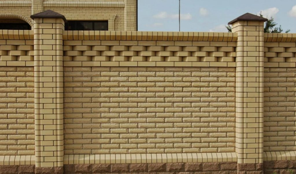 Строительство заборов из рваного кирпича в Одессе