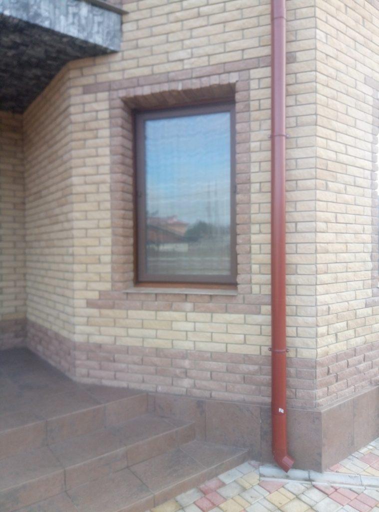 Облицовка здания коричневым кирпичом Скала,