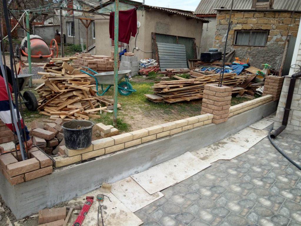 Строительство забора из облицовочного кирпича в Одессе