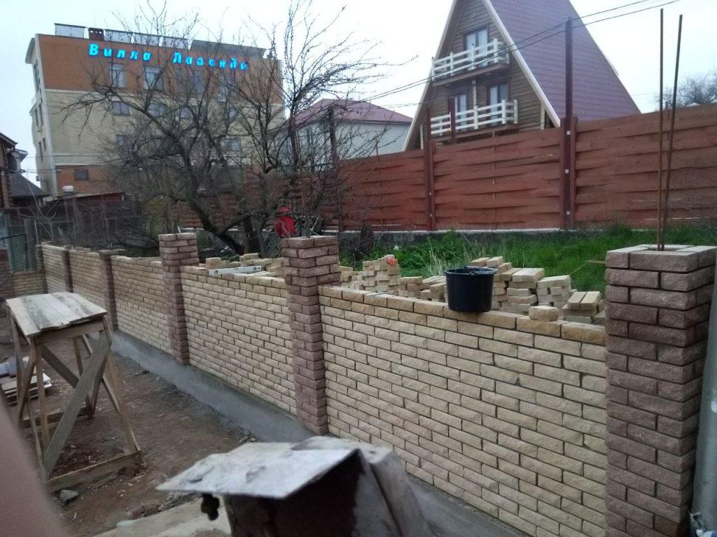 Строительство забора из кирпича Скала
